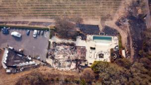 De acuerdo con los reportes de los bomberos, cuatro empresas vinícolas quedaron destruidas y hay más de 91.000 casas y negocios sin electricidad.