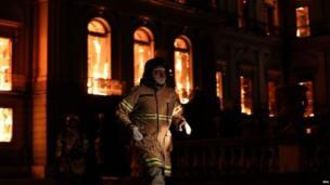 वैसे तो इस आग में किसी के हताहत होने की ख़बर नहीं है लेकिन इसके चलते कई सालों की मेहनत से एकत्रित की गई बहुत सी विशिष्ट चीज़ें जलकर ख़ाक हो गईं.