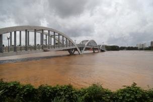 કોચી સ્થિત નદી બે કાંઠે વહી રહી છે