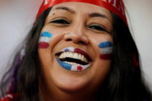 Seorang penggemar sepak bola menanti dimulainya pertandingan antara Panama dan Tunisia, di Saransk, Rusia.