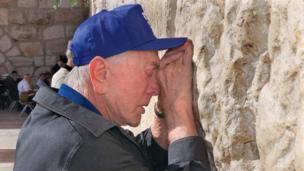 Kirk Douglas in Jerusalem in 2000