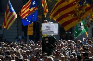 """Bir protestocunun elindeki sembolik oy sandığının üstünde 'İspanya, bütün problemin bu mu?"""" yazılı."""