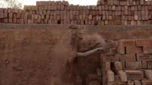 ইটের ভাটাগুলো পরিবেশ বান্ধব করার জন্য কাজ করছে সরকার। কিন্তু শ্রমিক অধিকার কতটা পূরণ হচ্ছে?