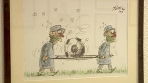 لوحة لاثنين من المسعفين يحملان كرة قدم