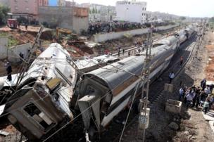 أفراد أمن يتفحصون موقع انحراف قطار عن مساره في المغرب