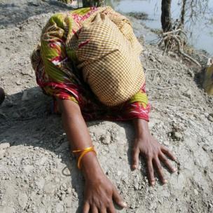 সন্তানের কবরের ওপর এক মা। সাইক্লোন সিডরে গর্জনবুনিয়া গ্রামের ফাতিমা তার চার বছর বয়সী কন্যা শাহিনুরকে হারান।