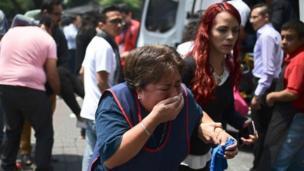 Mulher chora após terremoto na Cidade do México