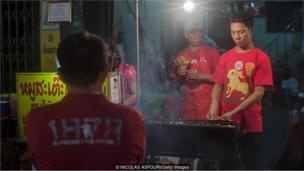 रविवारी येथील विक्रेते लाल रंग वापरतात.