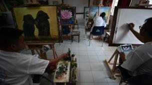 นักโทษกำลังเขียนภาพด้วยสีน้ำ