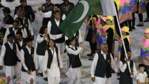 Abanyapakistani mu mpuzu zabo kama shalwar kameez, bashizeko na za jile
