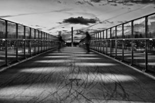 رجلان فوق جسر