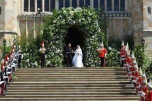 विवाह समारोहमा राजकुमार ह्यारीले सैनिक पोसाक लगाएका थिए।