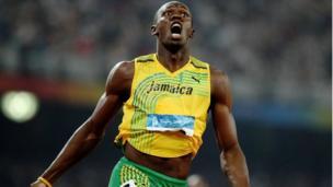 Usain Bolt wa Jamaica avunja rekodi kwa kukimbia mda wa sekunde 19.30 ili kushinda dhahabu katika mbio za wanaume za mita 200 katika uwanja wa kitaifa wakati wa siku 12 ya michezo ya Olimpiki mjini Beijing