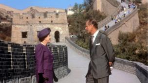 这是英国女王和爱丁堡公爵菲利普亲王1986年访华在长城上的合影