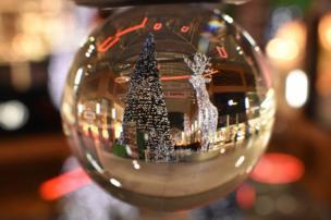 Decoraciones de navidad vistas a través de una esfera