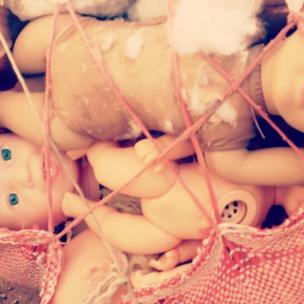 """""""Muñecas tristes en mercado Baratillo de Cusco"""", dice @agustin_ch en su cuenta en Instagram,"""