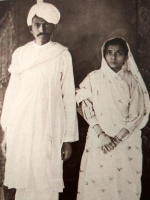 1916లో దక్షిణాఫ్రికా నుంచి భారత్ తిరిగి వచ్చినప్పుడు మహాత్మాగాంధీతో కస్తూర్బా