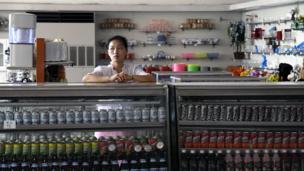 Một người bán hàng ở cửa hàng tạp hóa ở Khách sạn Bình Nhưỡng.