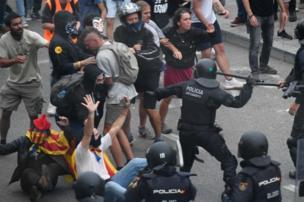 Manifestantes enfrentan a policías