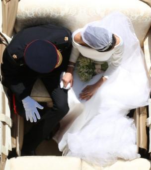 বিয়ের অনুষ্ঠানের পর হাত ধরেন সদ্য বিবাহিত দম্পতি