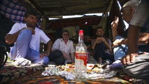Цыгане-люли пьют водку