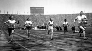 Fanny Blankers-Koen (kulia) wa Uholanzi akimaliza katika nafasi ya kwanza katika mbio za 100 za akina dada wakati wa michezo ya London mwaka 1948