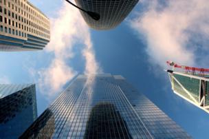 Una perspectiva de abajo a arriba de edificios
