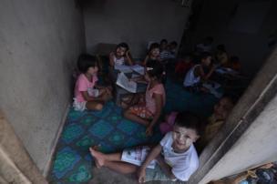 ห้องเช่าบางห้องในชุมชนก็เปิดเป็นสถานที่สอนหนังสือสำหรับเด็ก