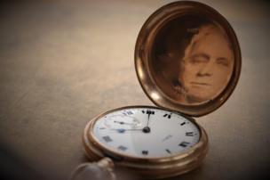 Reloj de bolsillo con la fotografía de un hombre.