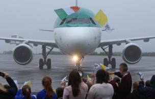 Самолет с папой римским приземлился в Ноке.