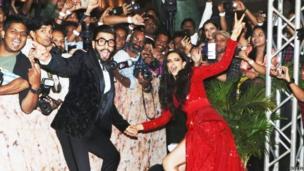 दीपिका पादुकोण और रणबीर सिंह कुछ इस अंदाज़ में मीडिया से मुखातिब हुए