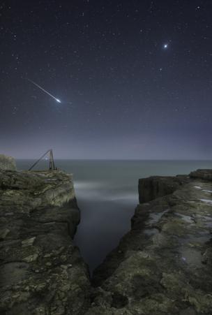 وهج النجوم فوق منظر طبيعي لجرف صخري في بورتلاند في دورست في الولايات المتحدة