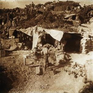 Anzak'ta Avustralyalı askerlerin mevzileri, yukarıda ise General William Riddell Birdwood'un karargahı, Mayıs 1915