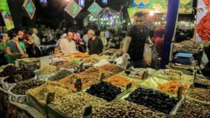 سوق بيع السلع الغذائية في حي السيدة زينب في القاهرة