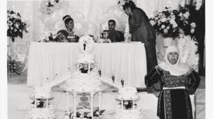 Madre de un novio vigilando las tortas de boda en un casamiento palestino en el Widdi Catering Hall, en 1999.
