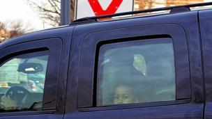साशा ओबामा कार से झांकते हुए