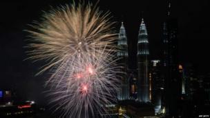 मलेशिया की राजधानी क्वालालम्पुर में पेट्रोनास ट्विन टॉवर का नज़ारा.