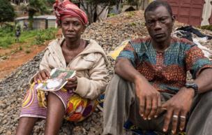"""Yatta Kamara: """"J'ai perdu 14 membres de ma famille. J'étais partie chercher du riz chez ma tante cette nuit-là parce que les enfants n'avaient rien à manger. Maintenant ils sont tous morts. Un voisin est venu m'annoncer la tragédie à 6H du matin. J'ai perdu ma maison et ma famille"""""""