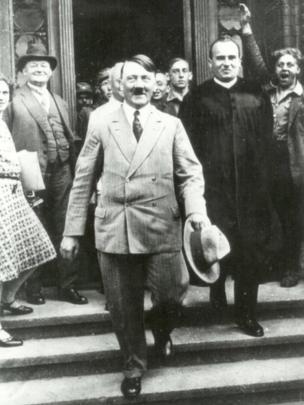 Hans Frank detrás de Hitler.