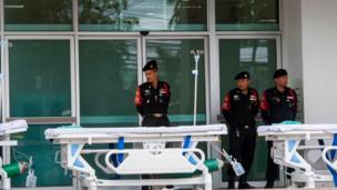 Policías en un hospital