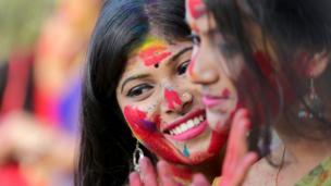 دغه تصویرونه د هند کولکتې رویندر بهارتي پوهنتون کې اخیستل شوي، چې محصلین پکې د هولي لمانځولو حال کې لیدل کېږي.