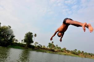 Niño salta al agua