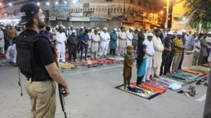 Wasu Musulmi lokacin da suke sallar Tarawih a wani masallaci da ke birnin Karachi na kasar Pakistan