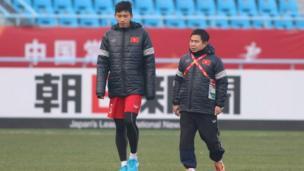 Các cầu thủ U23 Việt Nam mặc ấm tập luyện dưới thời tiết lạnh 4 độ C ở Thường Châu, Giang Tô, Trung Quốc