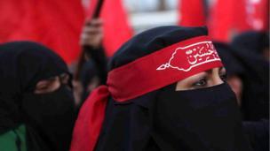 إحدى النساء المشركات في مراسم زيارة الأربعين في مرقد الحسين في كربلاء