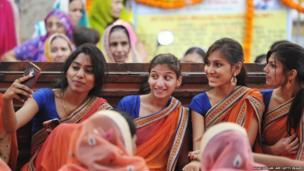 હૈદરાબાદમાં મહાવીર જયંતીના તહેવારે શ્રી મહાવીર જૈન મંદિરમાં યુવતીઓએ સેલ્ફી લીધી તે સમયની તસવીર