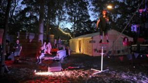 Seorang pemain sirkus tampil di Gum Ball 2018, sebuah festival kemah di Hunter Valley, New South Wales, Australia.