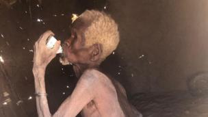 Huyu Mzee anapumua. Tumbo halina kitu kabisa. Alipopewa maziwa kwake ilikuwa kama muujiza.