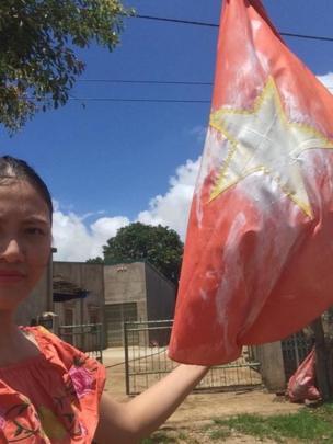 """Bà có thể bị kết án 3 năm tù vì tội """"Xúc phạm quốc kỳ"""" sau khi bôi sơn trắng lên lá cờ đỏ sao vàng hồi tháng 9/2017."""