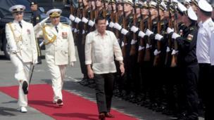Ông Rodrigo Duterte duyệt đội danh dự của lính thủy Nga trên tàu khu trục hạm săn ngầm Đô đốc Tributs vào thăm cảng Manila.